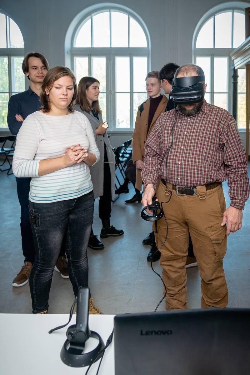Людина в окулярах віртуальної реальності