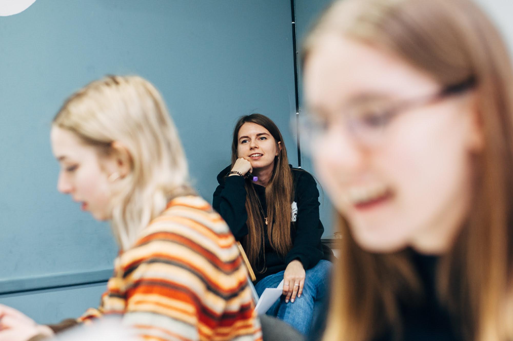 Іра Єрошко на заняттях школи візуального сторітеллінгу. Фото студенців центру.